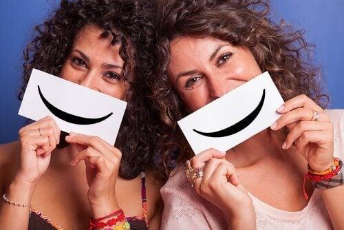 Kvinnor med leende skyltar
