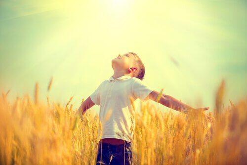 Lycklig pojke på fält