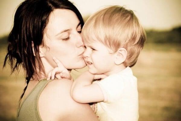 Mamma pussar son