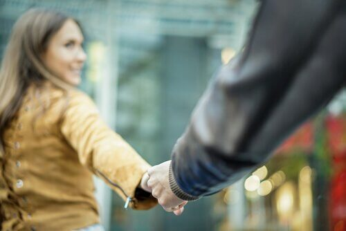 Par håller hand