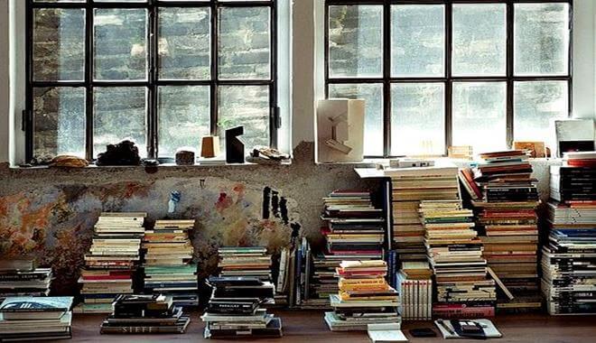 Böcker framför fönster