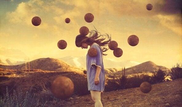 Flygande bollar runt kvinna