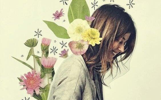 Glad kvinna med blomma