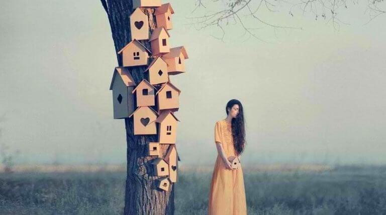 Kvinna bredvid träd