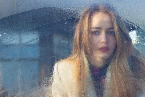 kvinna i dimmigt fönster
