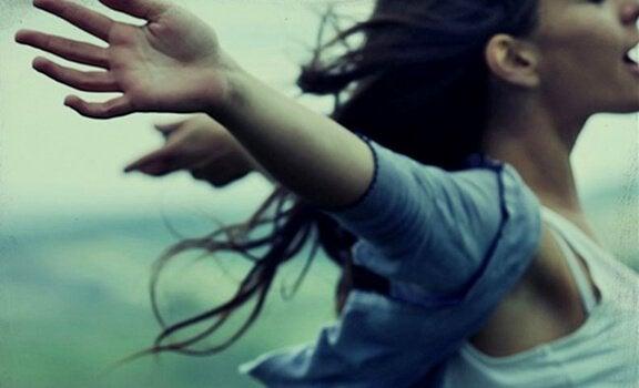 Kvinna med utsträckta armar