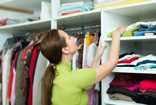 Kvinna som letar i garderob