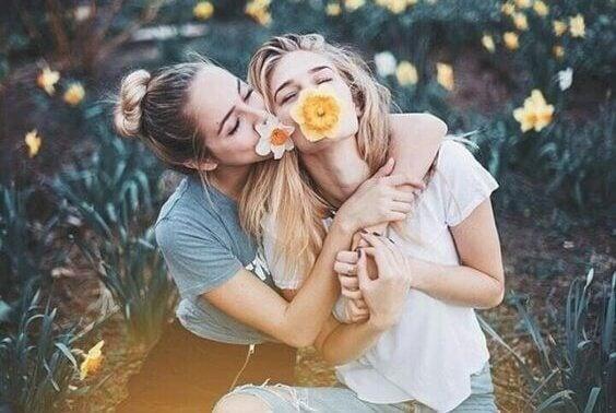 Kvinnor med blommor i munnen