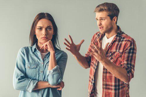 Man och kvinna som grälar