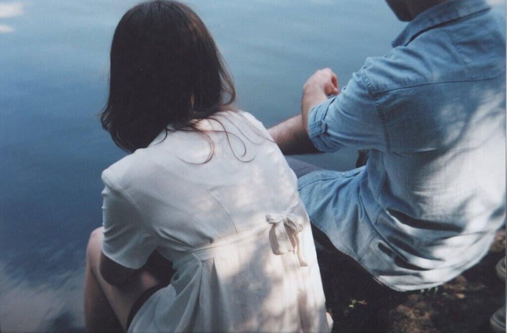 Man och kvinna vid vattnet
