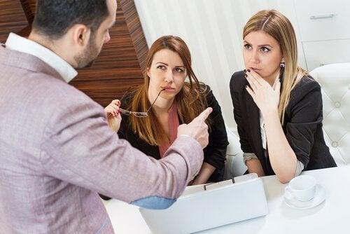 Man som samtalar med kvinna