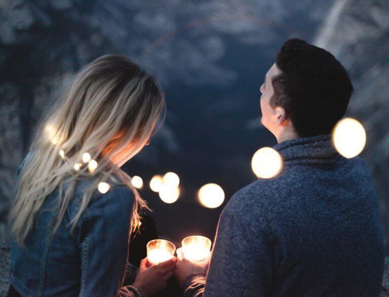 Par som håller ljus
