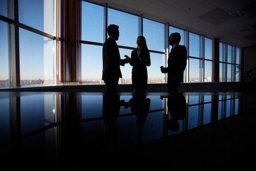 Personer på mörkt kontor