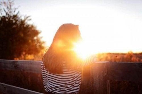 kvinna och solnedgång