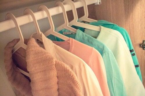 Organisera din garderob för att organisera ditt sinne