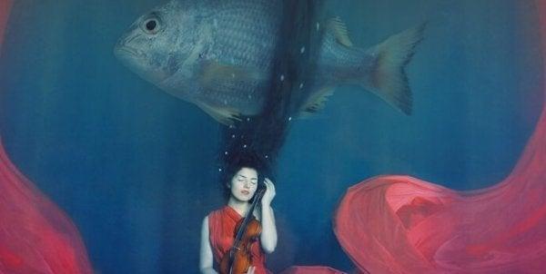 Kvinna under vatten