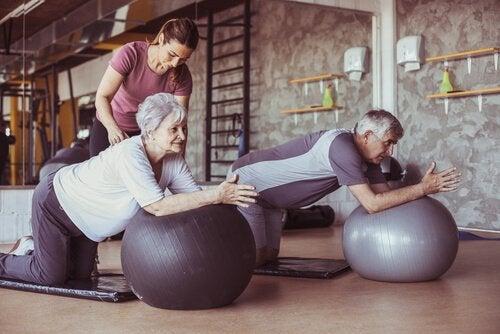 Äldre par utövar pilates