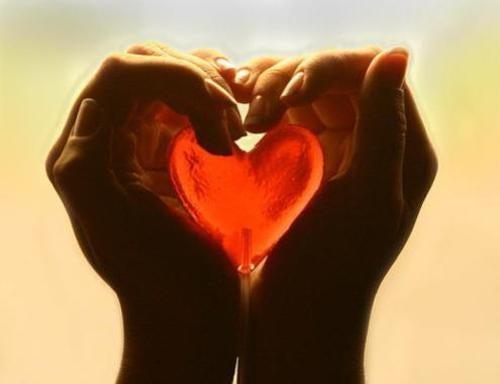 Hjärta mellan händer
