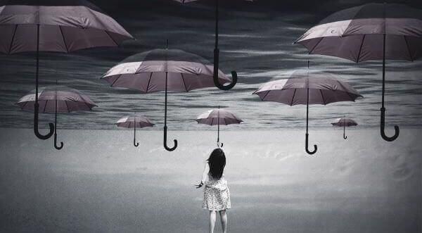 Kvinna bland paraplyer