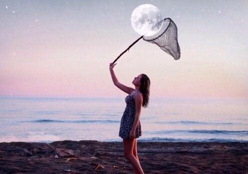 Kvinna fångar månen