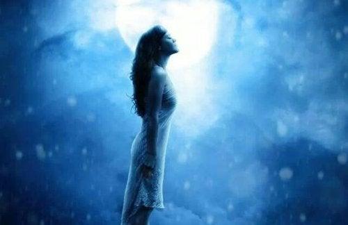 Kvinna framför månen