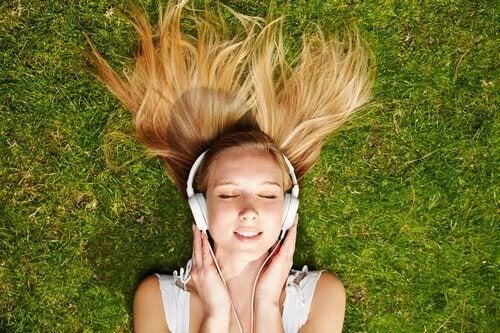 Kvinna lyssnar på musik