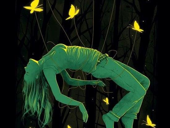Kvinna omgiven av fjärilar