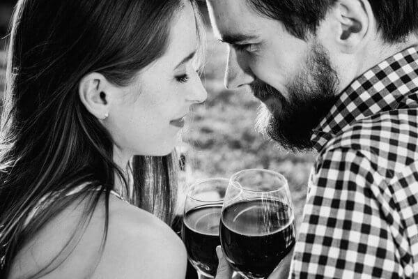 Man och kvinna med vin