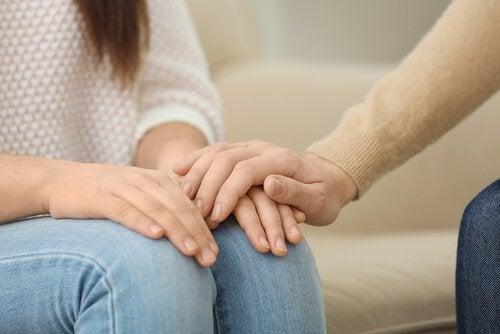 Psykolog tröstar patient