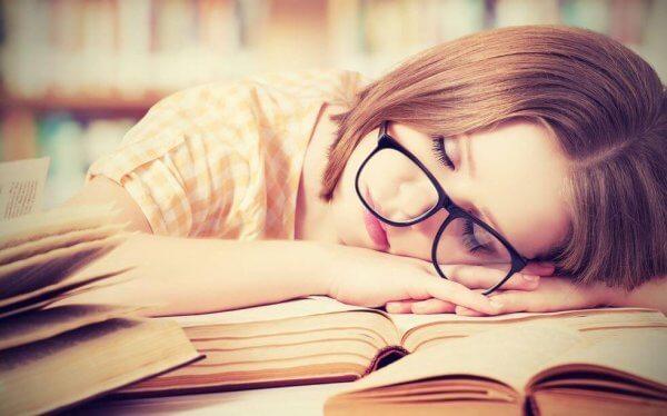 Trött student på bok