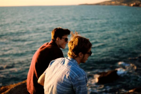 Två män vid havet