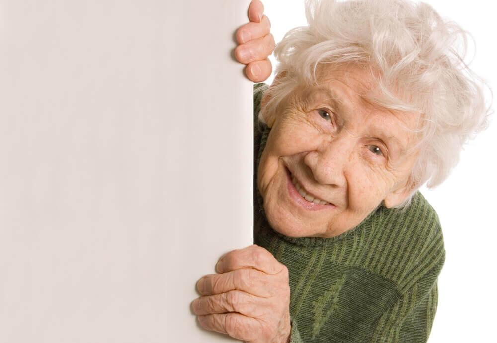 Äldre kvinna som tittar fram