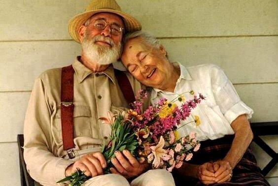 Äldre par med blommor