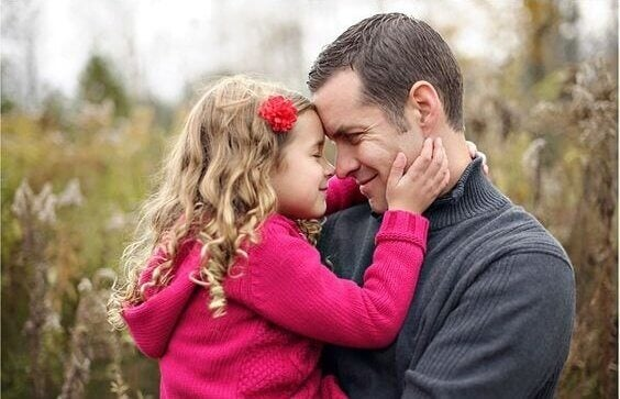 Far som håller om dotter