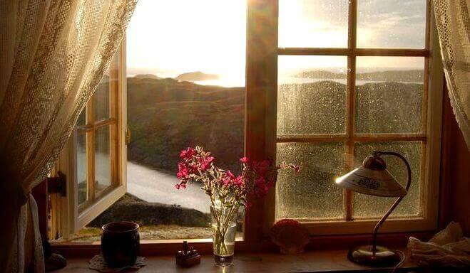 Flod utanför öppet fönster