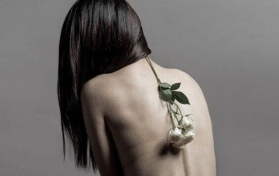 Emotionella problem i form av ensamhet kan låta sig märkas i övre ryggen