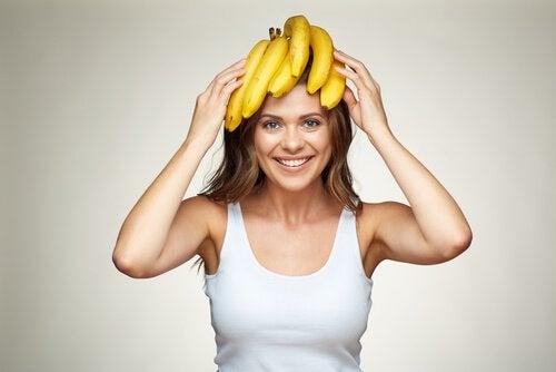 Kvinna med bananer på huvudet