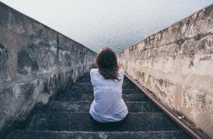 kvinna sitter ensam