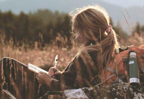 Kvinna som skriver i naturen