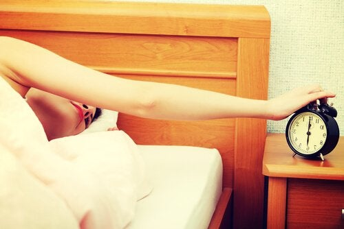 Kvinna som stänger av väckarklocka