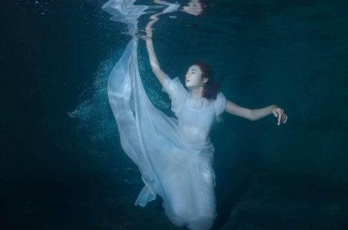 kvinna under vattnet