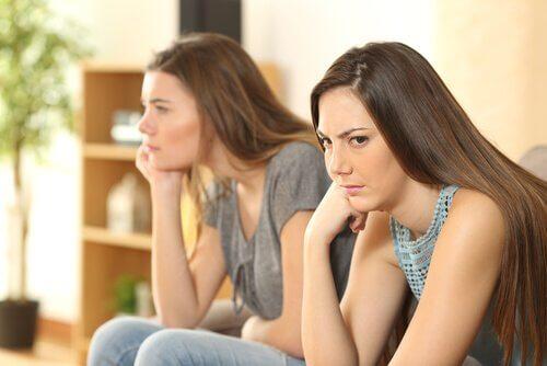 Kvinnor som sitter bredvid varandra