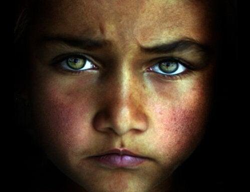 Ledsen flicka med ljusa ögon