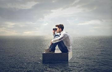 Man med kikare på havet