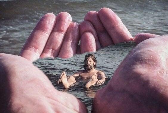 Man som badar i händer