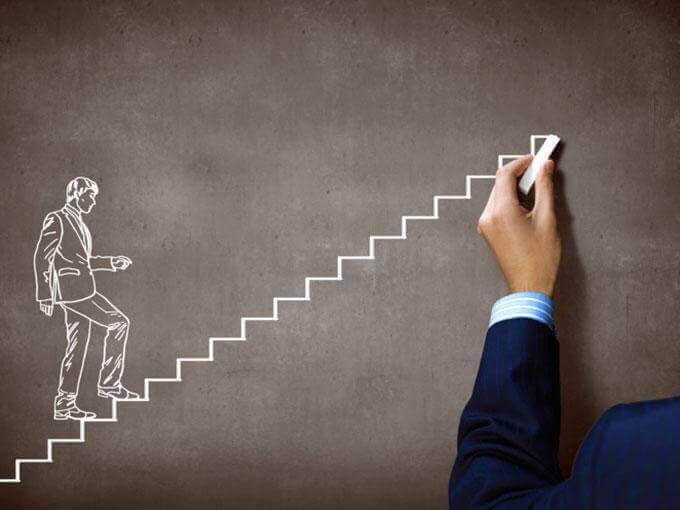 Man som går uppför trappsteg