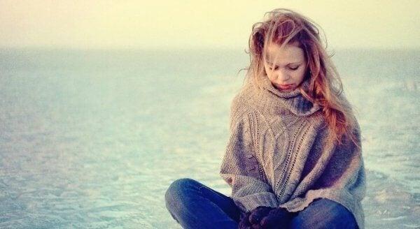 Ledsen person vid havet