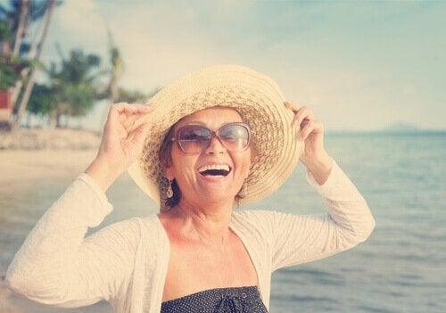 Lycklig kvinna på stranden