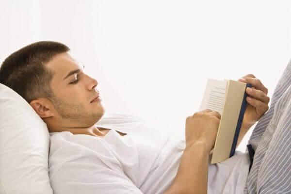 Man läser i sängen
