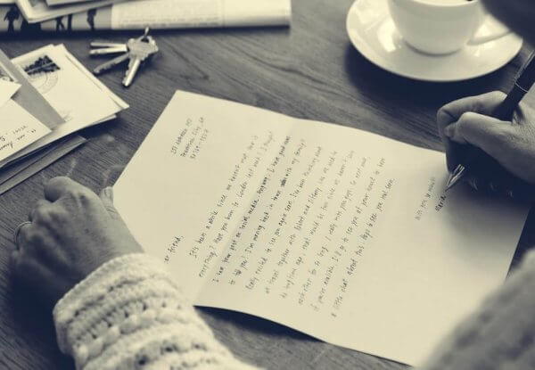 Person skriver brev